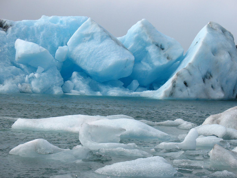Eisberge in der Jökulsarlon Lagune in Südisland