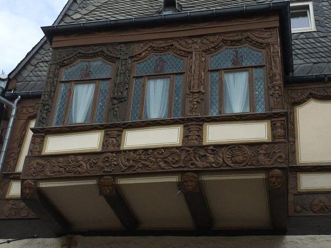 Holzschnitzereien am Brusttuch in Goslar