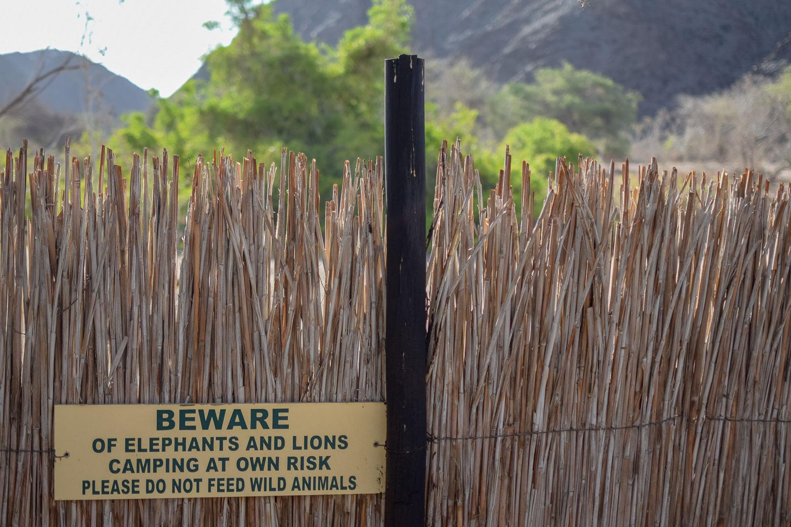 Namibia Warnschild wilde Tiere